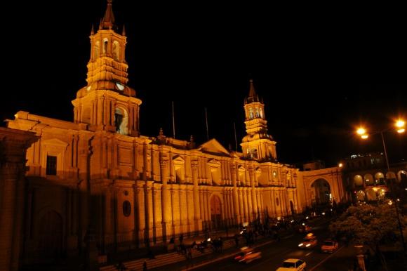 Mogočna katedrala, ki pa pred desetimi leti ni zdržala sile potresa.