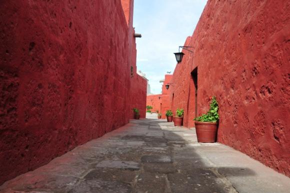 Calle Cordoba, najdaljša in najstarejša ulica v samostanu.