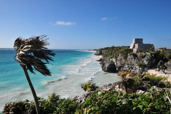 Modro karibsko morje in majevske ruševine.